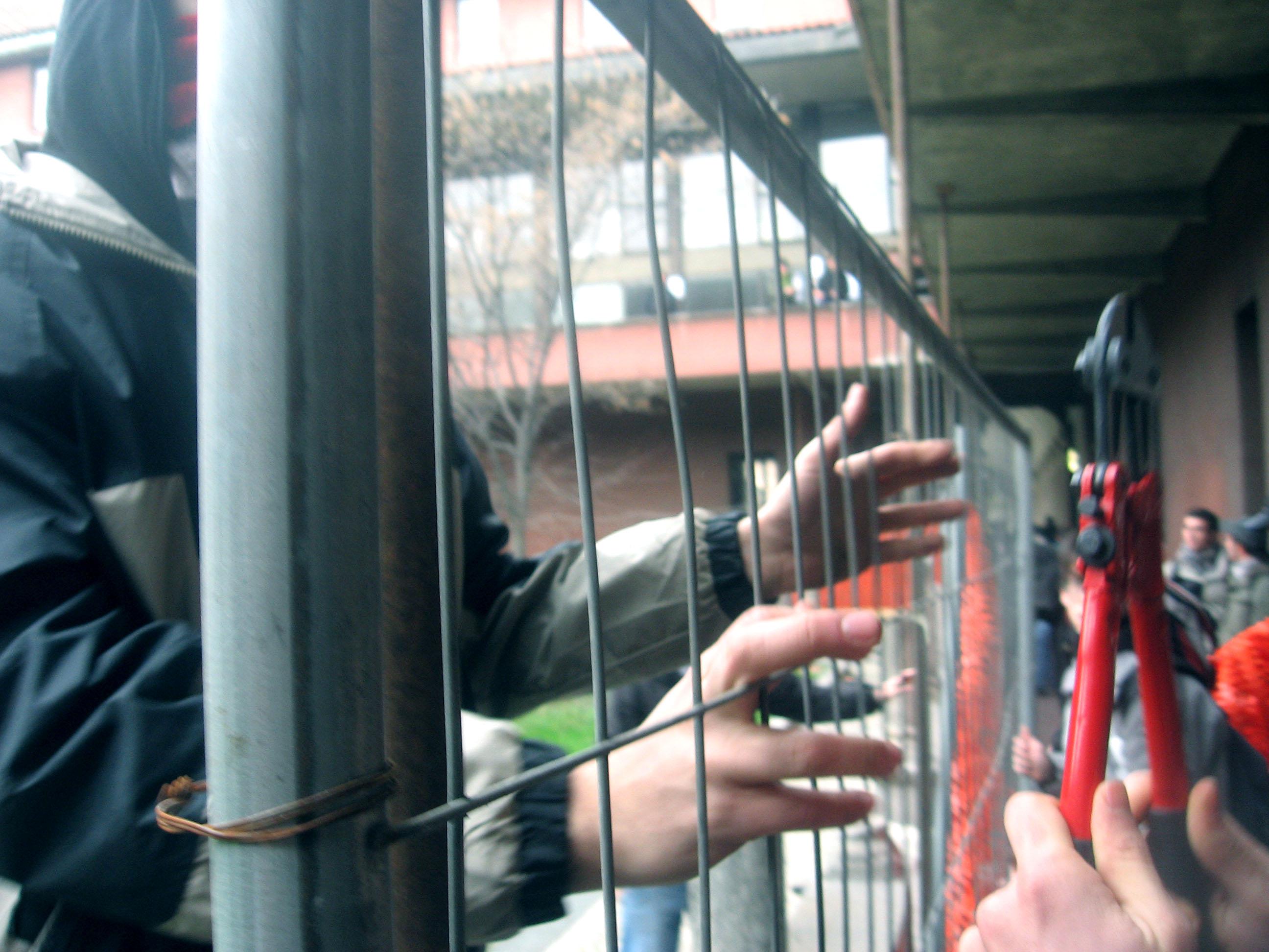 Azione chiostro filosofia 20 febbraio_rompiamo le gabbie